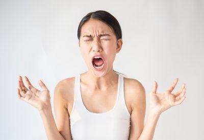 VIO脱毛 痛み 叫ぶ女性